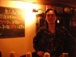 登戸駅名物の闇市酒場「トタン屋」がある種の目標と豪語してはばからない、オーナーの中村さん。