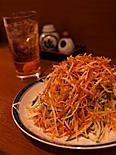 一番人気、灯串坊の名物サラダをご賞味あれ。